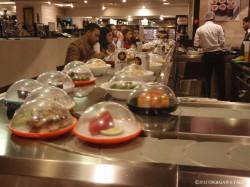 ベイルートのショッピング・モールで見かけて回転寿司のカウンター。